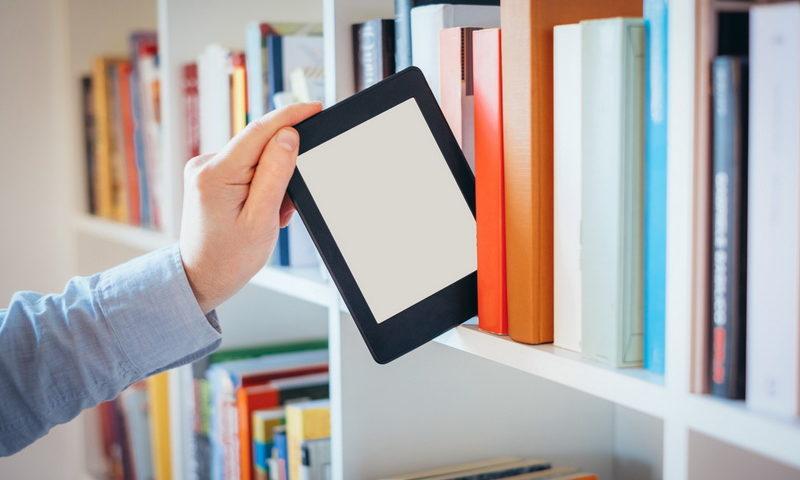 Βάζοντας στα ράφια της βιβλιοθήκης ένα e-book