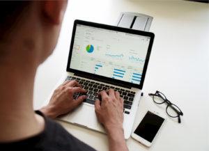 Νέος εισάγει στο laptop σε σχεδιαγράμματα και πίτες τις αντίστοιχες τιμές για τα περιουσιακά του στοιχεία