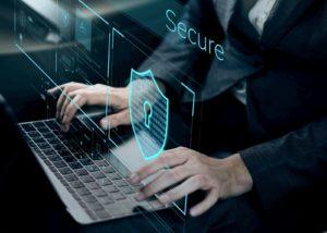 Άτομο πληκτρολογεί στην οθόνη του τον κωδικό για ψηφιακή ασφάλεια