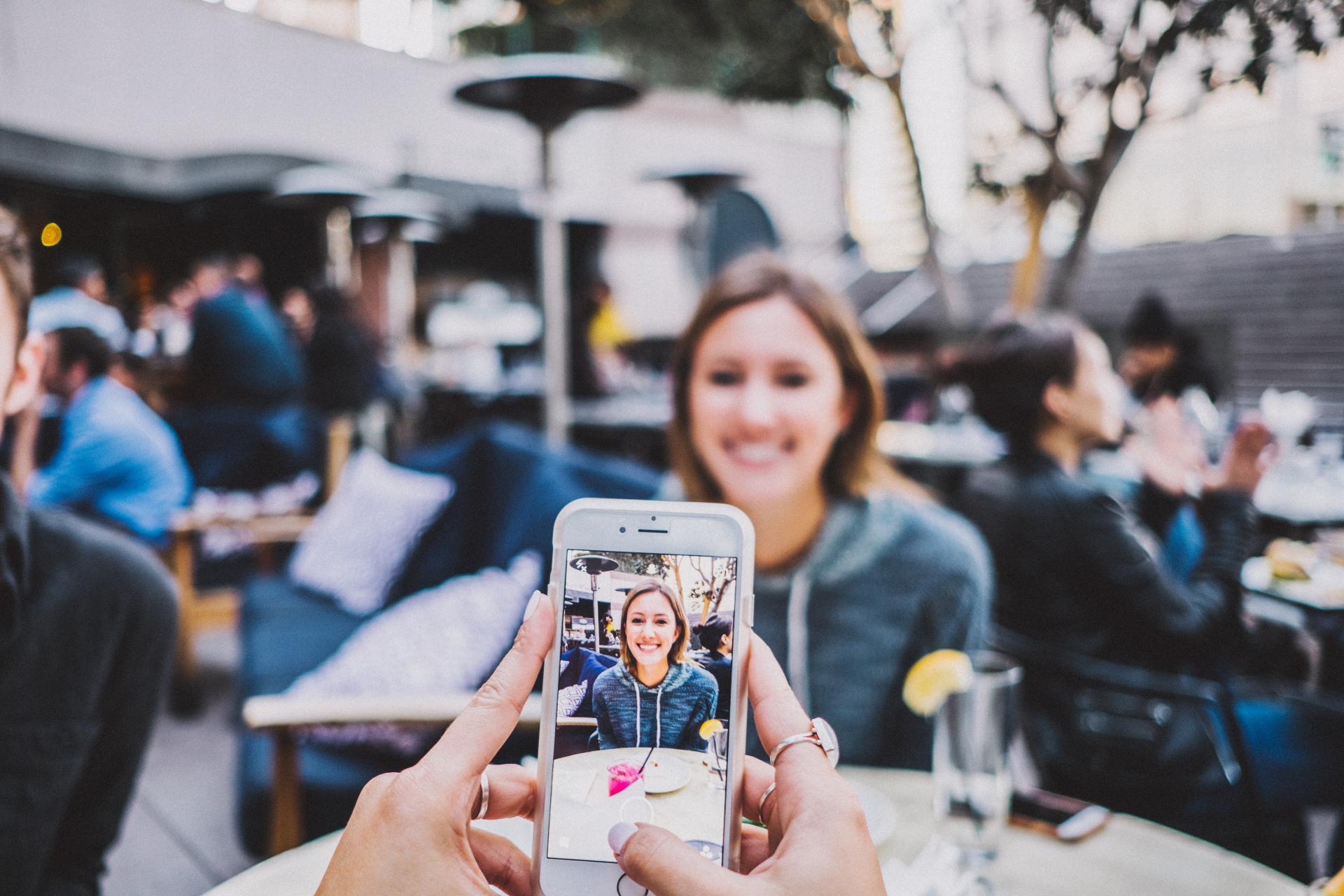 Κοπέλα τραβάει φωτογραφία την φίλη της με το κινητό